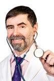 Lyckligt medelålderst manipulerar med stetoskopet Arkivfoto