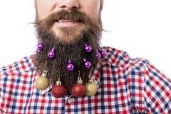 Closeupståenden av mannen med garnering klumpa ihop sig i hans skägg fotografering för bildbyråer