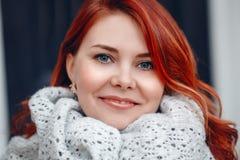 Closeupståenden av mitt åldrades den vita caucasian kvinnan med vinkat lockigt rött hår med blåa ögon arkivbilder