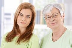 Closeupståenden av pensionären fostrar och dottern Arkivfoto