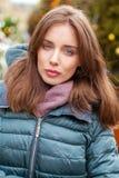 Closeupst?ende av en ung kvinna i vintern ner omslaget royaltyfri bild