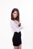 Closeupstående av den attraktiva caucasian le kvinnabrunetten Fotografering för Bildbyråer