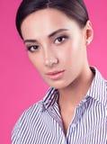 Closeupstudiostående av den unga attraktiva kvinnan med ett neutralt uttryck royaltyfria bilder