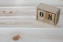 Closeupträkalender med svart ord för mars 8th på det wood skrivbordet Arkivfoton