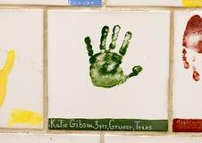 Closeupvägg av tegelplattor som göras av barn, framdel av den nationella minnesmärken för oklahoma city & museum, med blommor i f Fotografering för Bildbyråer