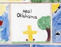 Closeupvägg av tegelplattor som göras av barn, framdelen av den nationella minnesmärken för oklahoma city & museet Royaltyfri Foto