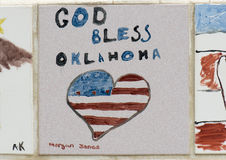 Closeupvägg av tegelplattor som göras av barn, framdelen av den nationella minnesmärken för oklahoma city & museet Arkivbild
