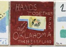 Closeupvägg av tegelplattor som göras av barn, framdelen av den nationella minnesmärken för oklahoma city & museet Arkivfoton
