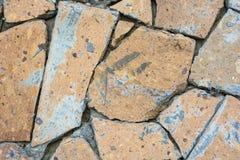 Closeupvägg som täckas i stycken av stenbakgrund Royaltyfria Foton