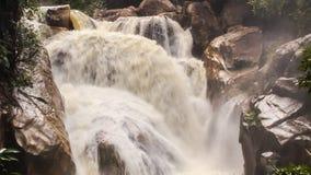 Closeupvattenfallet av den stormiga strömmen för bergfloden bland vaggar arkivfilmer