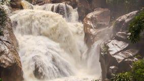 Closeupvattenfallet av den stormiga strömmen för bergfloden bland vaggar lager videofilmer