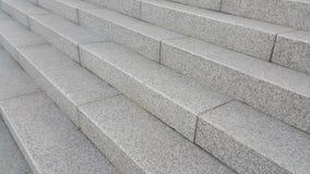 Closeupvire av grå konkret trappa med mörka konkreta linjer på fotsteg arkivfoton