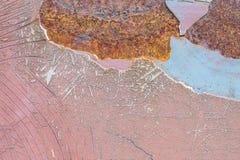 Closeupyttersida som var gammal, och rostmetall på den röda bilen texturerade bakgrund Royaltyfri Bild