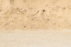 Closeupyttersidahögen av sand för byggnation med jordning texturerade bakgrund Arkivfoto