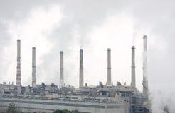 Closeview de las chimeneas de la potencia termal con fuma Imagen de archivo