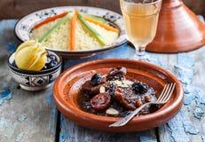 Closeview del tajine de la carne de vaca con las pasas y las almendras En plato del marroquí del tradiotional foto de archivo