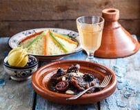 Closeview tajine wołowina z przycina i migdały W tradiotional Marokańskim naczyniu Zdjęcie Royalty Free