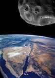 Closing asteroide grande ao planeta da terra Conceito do apocalipse Foto de Stock