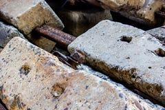 Closup ржавого металла на бетоне слипера ailroad стоковая фотография