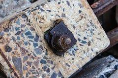 Closup ржавого металла на бетоне слипера ailroad стоковые фотографии rf