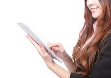 Closup van bedrijfsvrouwenglimlach die tabletPC met behulp van Royalty-vrije Stock Afbeelding