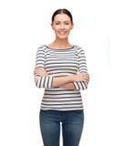 偶然clother的微笑的女孩与横渡的胳膊 免版税库存照片