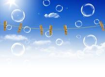 Clothes-line und Stöpsel auf Hintergrund des blauen Himmels Stockbild