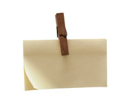 Clothes pin holding blank post-it isolated Royalty Free Stock Photos