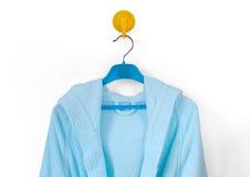 Clotheshanger med en badrock Fotografering för Bildbyråer