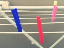 Clotheshorse con le mollette da bucato colorate Immagini Stock