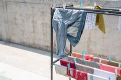 Clotheshorse z mnóstwo odziewa na kopia tekscie i świetle słonecznym zdjęcia stock