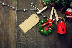 Clothesl украшения, лампы, ярлыка и ювелирных изделий рождества взгляд сверху Стоковые Фото
