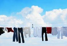 Clothesline e céu azul fotografia de stock royalty free