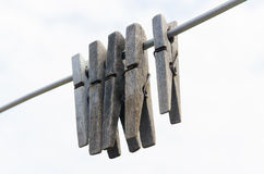 Clothespegs de madeira velhos que penduram na corda Fotografia de Stock Royalty Free