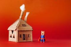 Clothespin bohatera kartonu dom Małego zabawkarskiego megagwiazda charakteru czerwonego przylądka błękitny kostium, czerwony poma Fotografia Stock