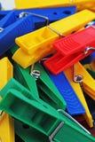 Clothespin clothespins jako tło Kolorowe forecaps pincet klamerki jako tło banner kolor krzywej oczek nie ilustracji tęczy white  Obraz Stock