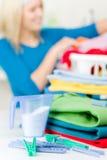 Clothespin della lavanderia - donna nella priorità bassa fotografia stock