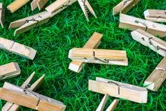 Clothespin trawy tło zdjęcia stock