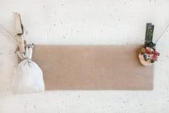 Clothespines del muñeco de nieve de la Navidad que sostienen la tarjeta de papel y el saco Imagenes de archivo