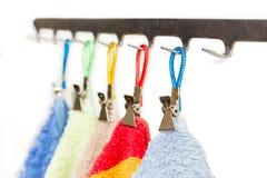 Clothespins για τις πετσέτες με τα δαχτυλίδια για την ένωση και την κινηματογράφηση σε πρώτο πλάνο πετσετών Στοκ εικόνα με δικαίωμα ελεύθερης χρήσης