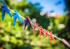 Clothespins σε ένα σχοινί στοκ εικόνα με δικαίωμα ελεύθερης χρήσης