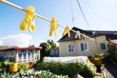 Clothespins σε μια σκοινί για άπλωμα Στοκ Φωτογραφία