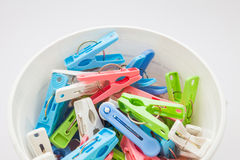 Clothespins στον πλαστικό κάδο Στοκ φωτογραφίες με δικαίωμα ελεύθερης χρήσης