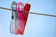 clothespins χρωματισμένο πλαστικό Στοκ Εικόνες