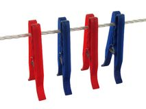 Clothespins blu e rossi su una riga di vestiti (+ percorso di residuo della potatura meccanica) Fotografia Stock Libera da Diritti
