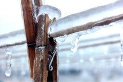 Clothespins congelati in linea Fotografia Stock