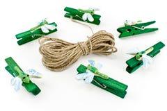 Clothespins de madera adornados con las libélulas Fotos de archivo libres de regalías