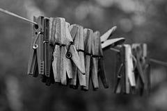Clothespins em uma corda fotos de stock royalty free
