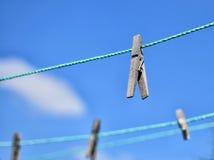 Clothespins en cuerda Fotos de archivo