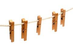 Clothespins hängen an einem Leinennetzkabel Lizenzfreies Stockbild